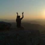 persona meditando en la cima de una montana al amanecer los mensajes de tu yo interno
