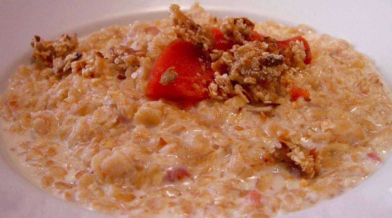 plato de avena preparada con cereal y fruta conoce los secretos de la avena para adelgazar