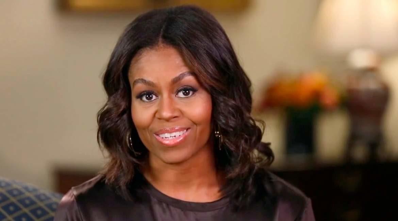 fotografia de michelle obama esposa del presidente obama con sonrisa y ojos abiertos