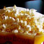 bolsa de palomitas de maiz sobre una mesa una comida que afecta a tu cerebro