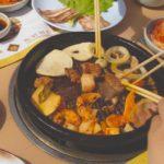 mesa con plato de comida china conoce los peligros de la comida china como la inflamacion