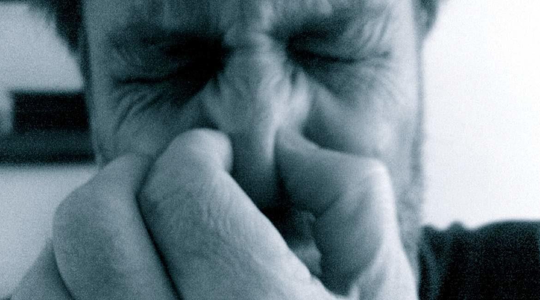 persona con ojos cerrados cubriendo su nariz con sus dedos las flatulencias son buenas