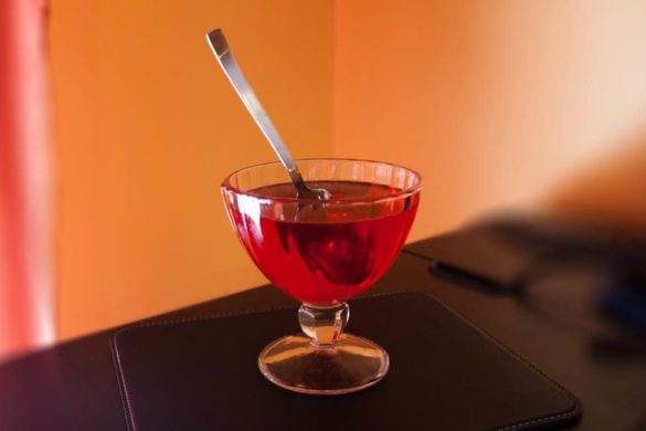 gelatina de color rojo en una copa con cuchara sabes por que deberias comer gelatina