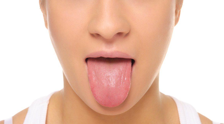mujer de playera blanca con la boca abierta mostrando la lengua como huella digital