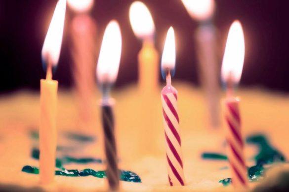 pastel con velas de cumpleanos encendidas que dice tu ano de nacimiento de ti