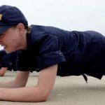 hombre con uniforme negro realizando el ejercicio que equivale a mil abdominales la plancha