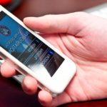 persona sosteniendo un celular conoce como minimizar la radiacion de los celulares