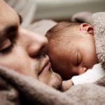hombre durmiendo con bebe en pecho arropados por cobija cafe latidos del corazon en bebes