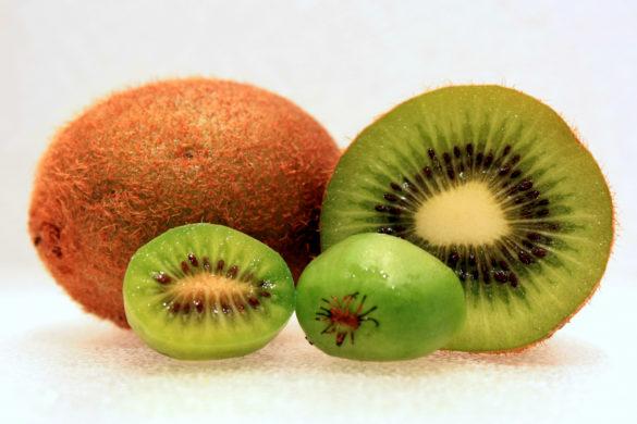 4 kiwis uno entero y otros partidos a la mitad una de las frutas con menos azucar