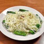 plato color blanco con pasta y chiles verdes conoce los alimentos que danan tu cutis