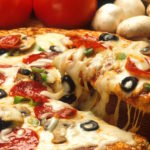 pizza con queso peperoni champinones y aceitunas una de la comida que te provoca mas hambre