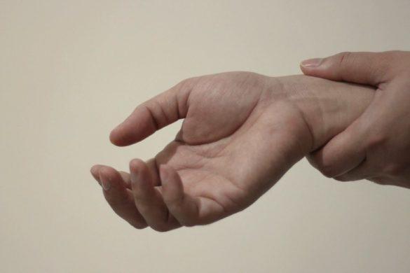 par de manos dandose un masaje en la muneca remedios caseros para aliviar la artritis