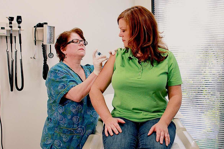 mujer realizando un chequeo medico para detectar enfermedades silenciosas
