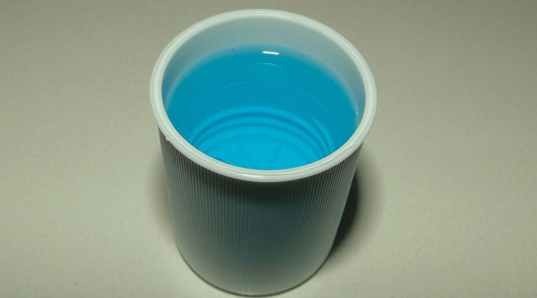 recipiente y enjuague bucal color azul en su interior usos que desconoces del enjuague bucal