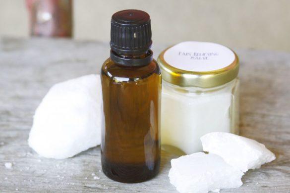 pedazos de algodon y dos frascos para hacer enjuague bucal con aceite de coco