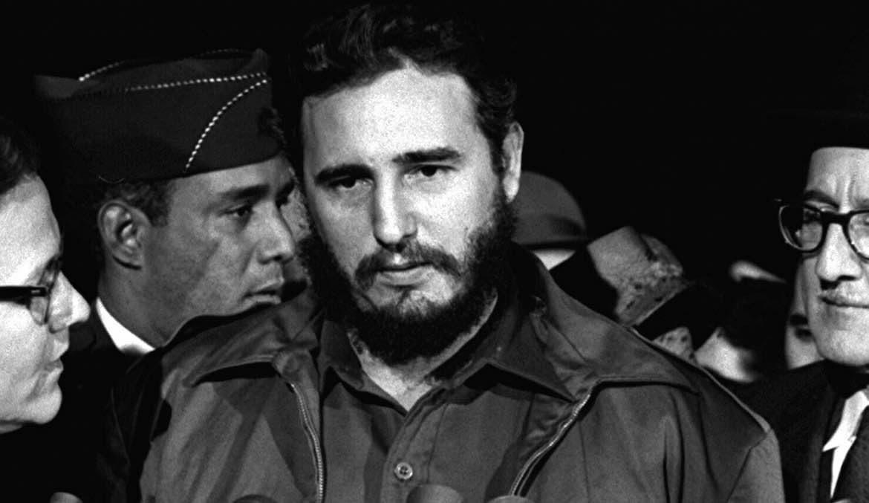 fotografia en blanco y negro de expresidente cubano fidel castro junto a tres personas mas
