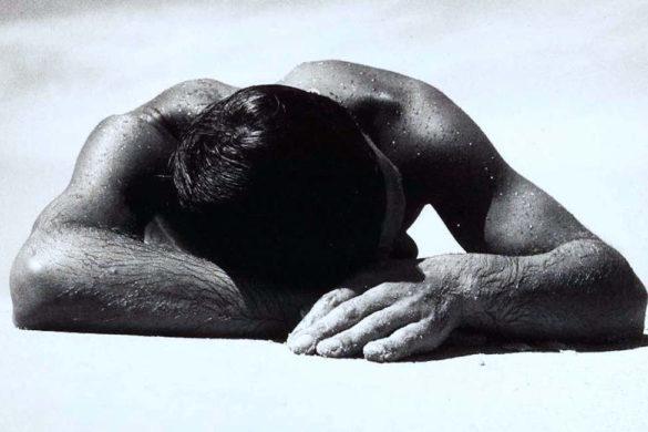 hombre sin playera recargado en su brazo con cuerpo mojado e inflamacion cronica