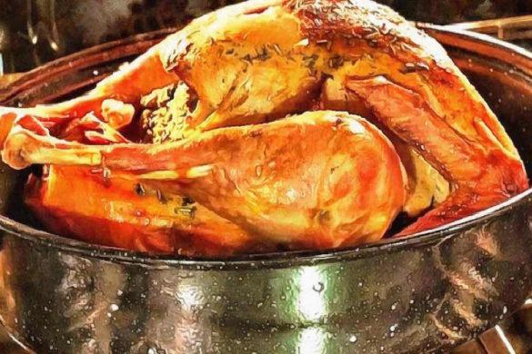 pavo cocinado sobre un recipiente te invitamos a conocer el origen del pavo navideno