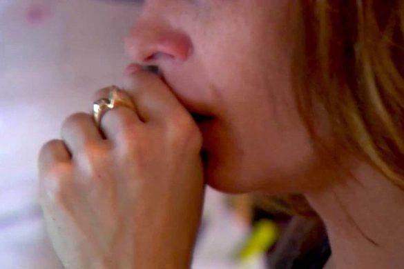 mujer con la mano en la boca tosiendo estos son los remedios caseros para combatir la tos