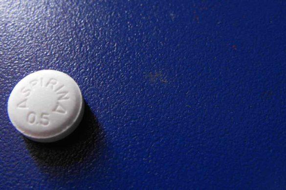 aspirina sobre una superficie de color azul mira los usos de la aspirina que no conoces