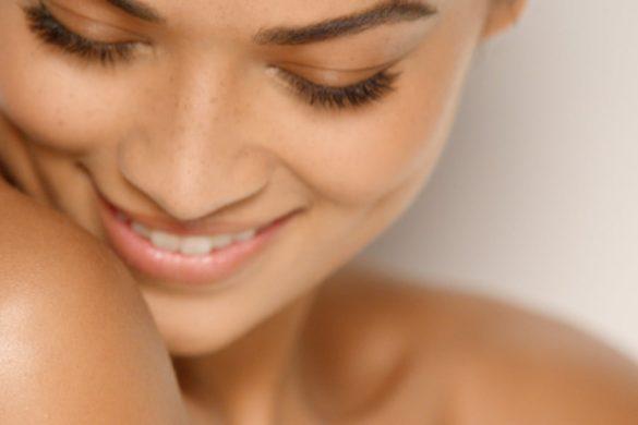 mujer sonriendo con hombros desnudos disfrutando los beneficios de la vaselina en tu piel