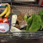 carrito de supermercado con diferentes productos algunos de ellos son alimentos con arginina