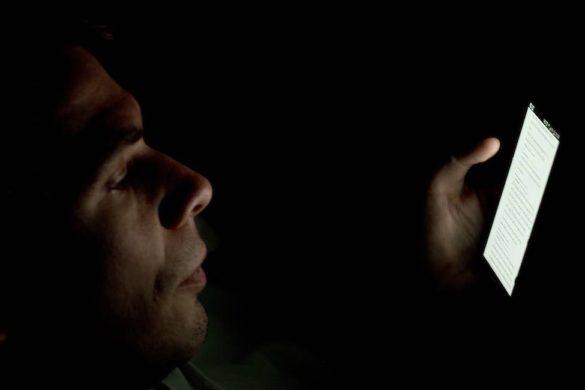 hombre utilizando celular antes de dormir de los habitos peligrosos que provocan mal descanso