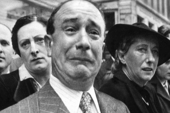 dos hombres y dos mujeres una con sombrero y los hombres de traje uno de ellos llorando