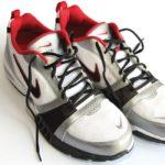 par de tenis en color blanco rojo y negro como quitar el mal olor de los zapatos