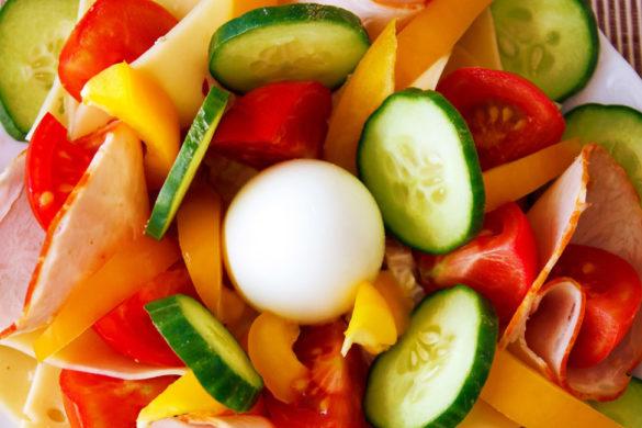 plato con diferentes frutas verduras huevo y jamon es saludable ser vegetariano