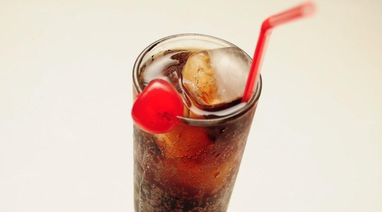 vaso con refresco hielos cereza y popote conoce los danos causados por beber refrescos