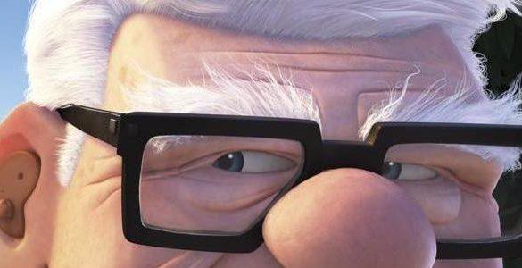 personaje adulto mayor con lentes canas y aparato auditivo de la pelicula de disney up