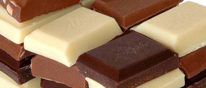 barras de chocolate en color cafe blanco y negro alimentos que te ayudan a sentirte joven