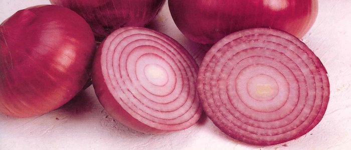 tres cebollas moradas enteras y una en rodajas la cebolla el remedio para limpiar la sangre