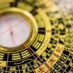 tipo de reloj de colores amarillo y negro con simbolos chinos mira consejos de feng shui