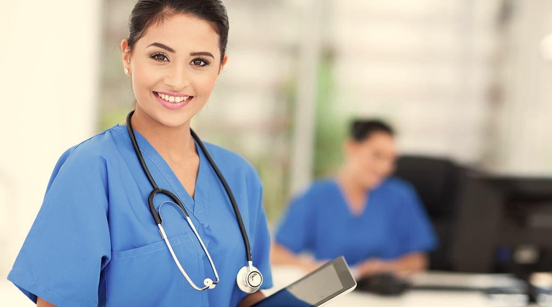 doctora con uniforme azul estetoscopio y tablet sabes las causas y efectos de la pancreatitis