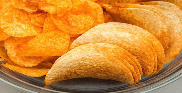 plato de vidrio en su interior papas fritas las cuales pueden tener agentes cancerigeno