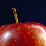mitad de una manzana roja con tallo cafe remedios de la abuela para malestares