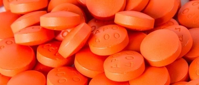 numerosos suplementos alimenticios de color anaranjado con grabado de numeros y letras