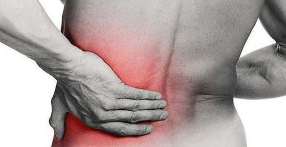 espalda de un hombre con enrojecimiento mira los ejercicios para corregir la postura