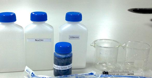 recipientes de plastico con tapa azul y recipientes de vidrio usos del agua oxigenada