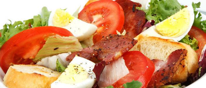 plato con verduras como lechuga jitomate huevo hervido y jamon alimentos saludables