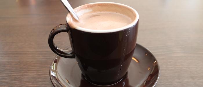 taza color cafe con cuchara llena de chocolate conoce el remedio para aliviar el estres y la ansiedad