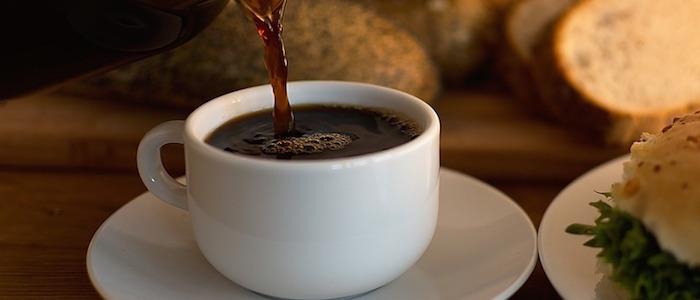 cafetera sirviendo cafe sobre una taza blanca conoce los beneficios de no tomar cafe
