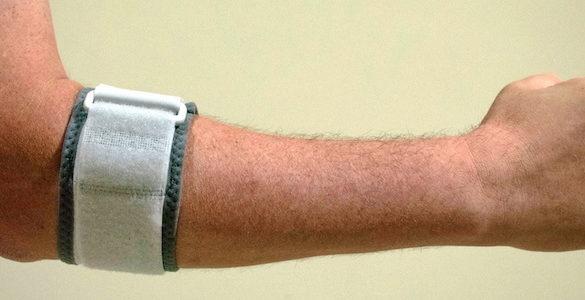 brazo velludo de hombre en forma de ele con cinta evita dolor en articulaciones