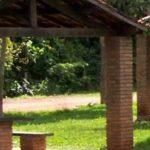 cabanas hechas de tabique y techo de teja con bancas y mesa de cemento