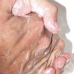 par de manos de un hombre enjabonadas y la llave del lavabo abierta higiene personal