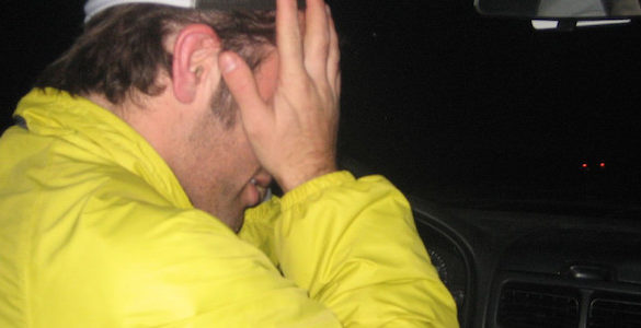 hombre de chamarra amarilla con las manos en la cara consejos para eliminar el mal humor