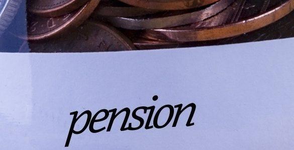 fotografia de monedas de cobre en la parte de arriba y la palabra pension en la parte baja