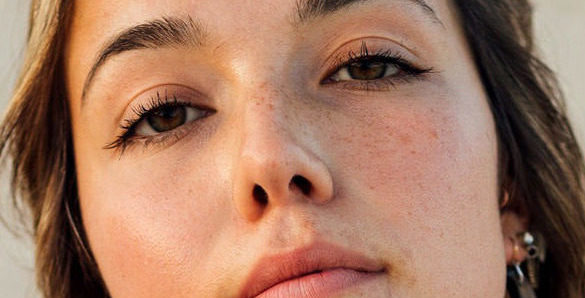 rostro de mujer sin maquillaje con piel hermosa ya que usa vitamina e para cuidar la piel